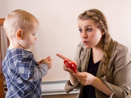 Berikan perhatian yang cukup dan jalin komunikasi yang baik dengan anak